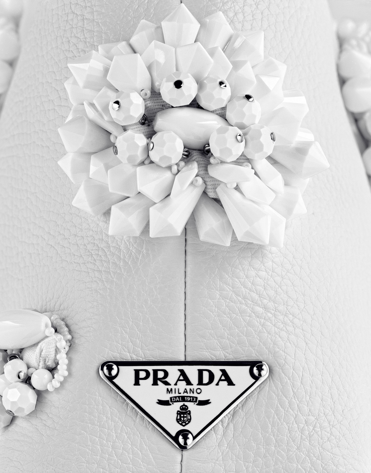 080_prada_wht_bag_detailf